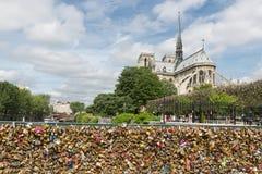 L'amour padlocks au pont au-dessus de la rivière la Seine à Paris, France Image libre de droits