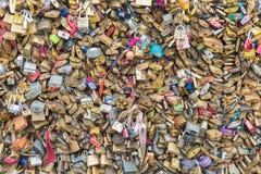 L'amour padlocks au pont au-dessus de la rivière la Seine à Paris, France Photo libre de droits