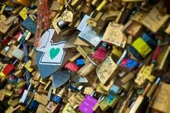L'amour padlocks dans un pont au-dessus de la Seine à Paris Image libre de droits