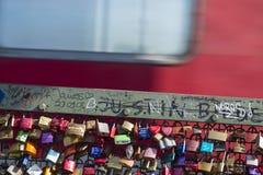 L'amour padlocks sur le pont de Hohenzollern à Cologne, éditoriale Image stock