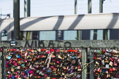 L'amour padlocks sur le pont de Hohenzollern à Cologne, éditoriale Photo libre de droits