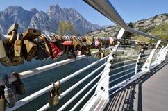 L'amour padlocks sur le pont de la rivière Sarca chez Torbole Images stock