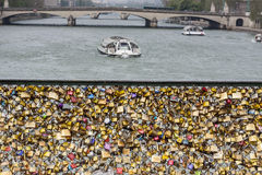 L'amour padlocks sur le pont de Pont des Arts, la Seine à Paris ATF Photos libres de droits