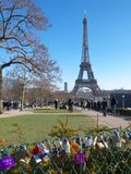 L'amour padlocks sur Tour Eiffel de jardins de Trocadero de barrière en métal photos libres de droits