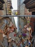 L'amour padlocks sur un pont en canal sur la route d'Oxford, Manchester Images stock