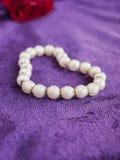 L'amour, perles, a monté, velours pourpré. Photos stock