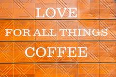 L'AMOUR pour tout le café de chose est panneau d'affichage de message sur le mur Images stock