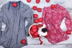 L'amour rouge de jour de deux de chemises de coeurs valentines de cigogne célèbrent ensemble pour toujours la surprise d'annivers Photo stock