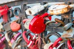 L'amour rouge ferme à clef dans la forme de coeur sur le pont Image stock