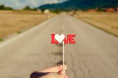 L'amour se connectent le bâton sur la route Fin vers le haut Concept d'amour Photos stock