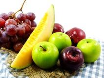 l'amour suivant un régime de fruits de consommation saine mélangée de fond porte des fruits Photographie stock