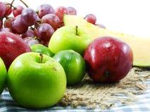 l'amour suivant un régime de fruits de consommation saine mélangée de fond porte des fruits Photographie stock libre de droits