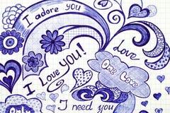 L'amour tiré par la main gribouille des messages sur le papier Photos stock