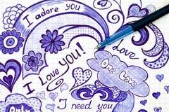 L'amour tiré par la main gribouille des messages sur le papier avec le stylo Images stock