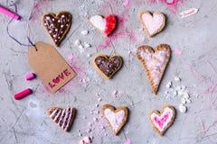 L'amoureux a formé des biscuits avec l'étiquette d'amour sur la surface criquée grise Photos libres de droits