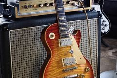 ` L'amplificatore d'annata della chitarra elettrica e della metropolitana dello sprazzo di sole del ` del corredo immagini stock