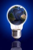 L'ampoule avec le fond de gradient de noir bleu de globe, la carte de la terre et le globe forment la courtoisie de la NASA Photos stock