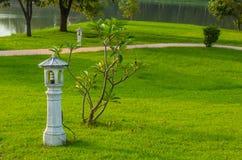 L'ampoule dans le poteau concret sur la pelouse images stock