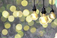 L'ampoule de vieux cru avec de l'or boken le fond Concept d'idée photos libres de droits