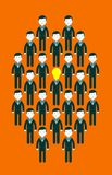 L'ampoule a dirigé des hommes d'affaires au centre d'un groupe de personnes Photos stock