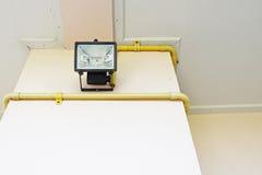L'ampoule noire de projecteur (foyer sélectif) est installée sur le colo crème Image stock