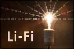 L'ampoule rougeoyante émet des données Photo stock