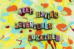 L'amusement d'exploration d'aventure vivent aiment ensemble le sourire illustration de vecteur