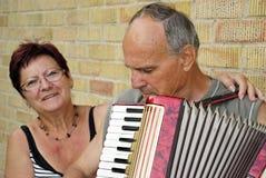 L'amusement du pensionné avec la musique d'accordéon Photos stock
