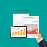 L'analisi finanziaria a disposizione documenta il computer portatile sul diagramma Illustrazione Vettoriale