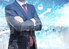 L'analista con le mani attraversate sta stando davanti ai calcoli ed alle previsioni finanziari digitali sui precedenti Un concet immagini stock libere da diritti