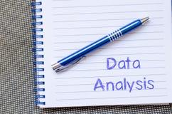 L'analyse de données écrivent sur le carnet images stock
