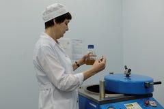 L'analyste de l'entreprise produit-biologique Vita fait un essai photographie stock