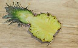 L'ananas a coupé en demi, délicieux jaune à l'intérieur Images libres de droits