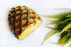 l'ananas a coupé l'isolat de photo de plan rapproché sur le fond blanc Photo libre de droits