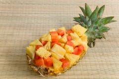 L'ananas fresco del taglio è servito in una ciotola naturale Immagini Stock