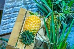 L'ananas, quello è disposto in casse di legno, dolce fresco del gusto immagini stock