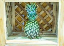 L'ananas, quello è disposto in casse di legno, dolce fresco del gusto fotografie stock