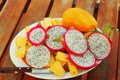 L'ananas ranbutan del mango della frutta tropicale ha tagliato sul piatto Fotografia Stock Libera da Diritti