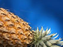 L'ananas se couchent sur la table bleue Photos libres de droits