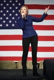L'ancien exécutif Carly Fiorina de HP fait des gestes devant le drapeau des USA Image libre de droits