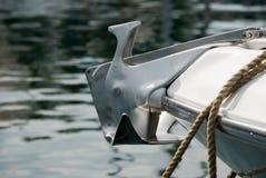 L'ancora su un yacht attraccato in ancora del porto sull'yacht fotografia stock libera da diritti