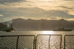 L'ancre japonaise de destroyer de destroyer d'hélicoptère de JS Ise DDH-182 et de marine d'USS Stockdale DDG-106 USA dans Padang  photo libre de droits