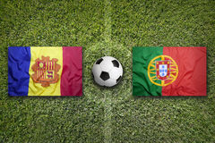 L'Andorra contro Bandiere del Portogallo sul campo di calcio Immagini Stock