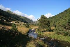 L'Andorra fra le montagne con una piccola insenatura fotografie stock libere da diritti