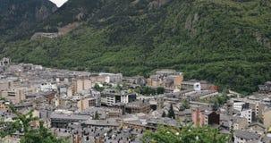 L'Andorre, principauté des vallées de l'Andorre Vue panoramique supérieure du paysage urbain dans la saison d'été Ville dans Pyré banque de vidéos