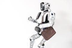 L'androïde intelligent fonctionne dans le bureau Images stock