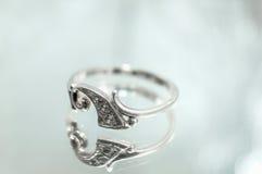 L'anello d'argento delle donne con un diamante Immagini Stock Libere da Diritti