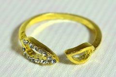 L'anello della donna con i metalli preziosi fotografia stock