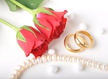 L'anello di cerimonia nuziale & è aumentato Immagine Stock