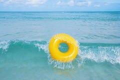 L'anello di galleggiamento sul mare blu ondeggia con il cielo Fotografie Stock Libere da Diritti